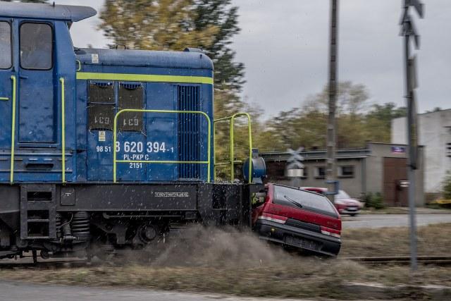 pociąg uderza w samochód na przejeździe